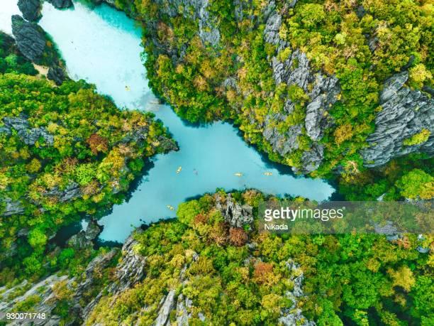 Luftaufnahme der schönen Lagune mit Kajaks