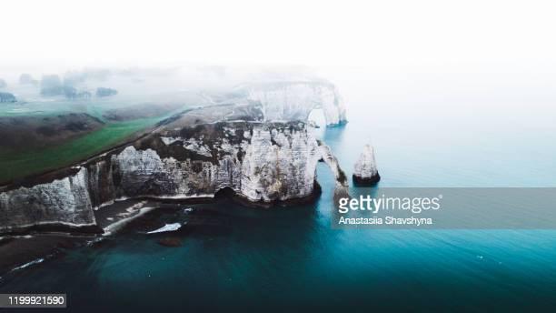 vue aérienne de la belle grande arche naturelle, de la falaise et de la mer à etretat, france - paysage enchanteur photos et images de collection