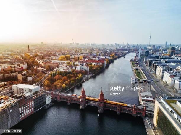 luftaufnahme von berlin mit blick auf oberbaumbrücke und gelbe u-bahn am sonnigen herbsttag - berlin stock-fotos und bilder