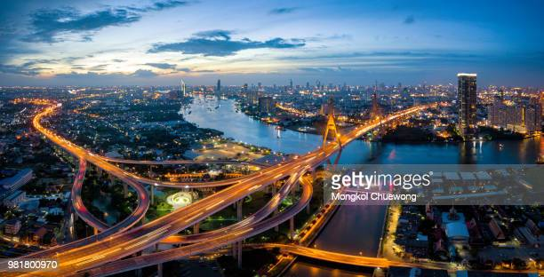 aerial view of bhumibol suspension bridge cross over chao phraya river in bangkok city with car on the bridge at sunset sky and clouds in bangkok thailand. - バンコク ストックフォトと画像