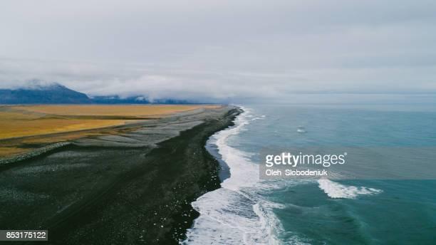 Vue aérienne de la plage de sable noir en Islande