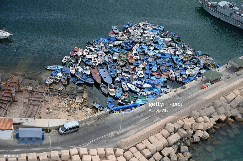 Lampedusa Migrant Crisis : News Photo