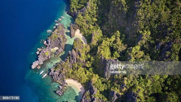 vue aérienne de bateaux à hidden beach, el nido, palawan, philippines - lagon photos et images de collection