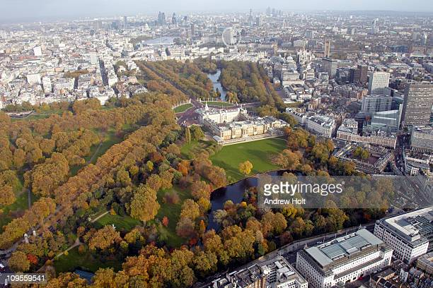 aerial view of buckingham palace in autumn - buckingham palace stock pictures, royalty-free photos & images