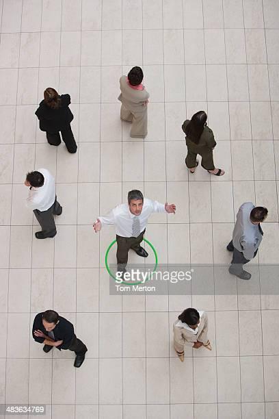 Luftbild von Geschäftsmann umgeben von einem Kreis