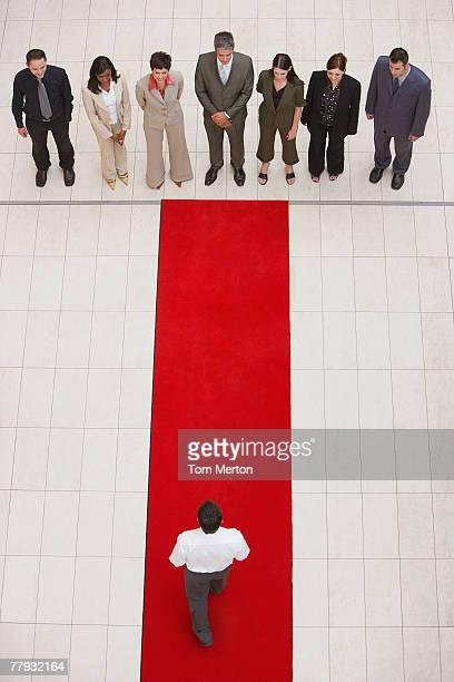 Luftbild von Geschäftsleuten und Mann, auf rotem Teppich