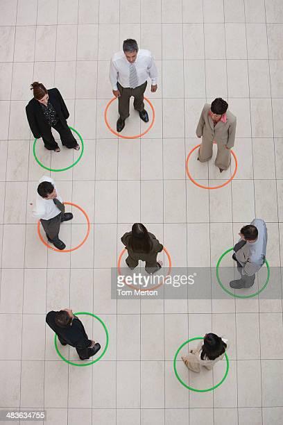 Luftbild von Geschäftsleuten stehen im Kreis