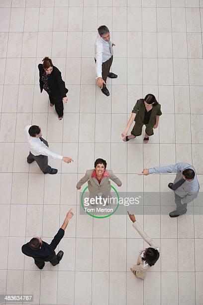 Luftbild von Geschäftsfrau in Gruppe mit Geschäftsleuten zeigt