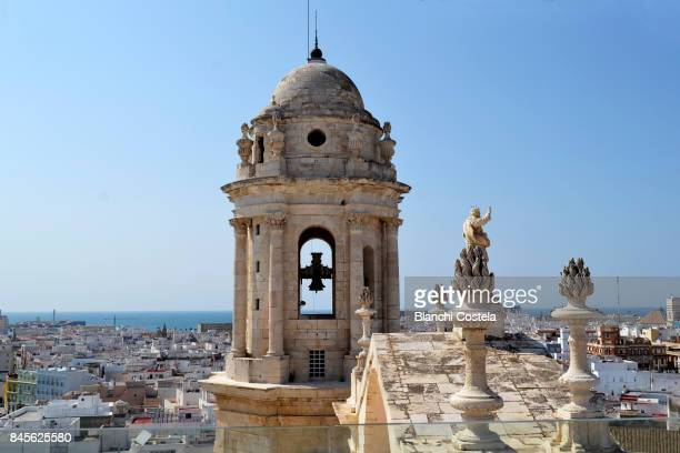 aerial view of cadiz and the tower of the cathedral of cadiz - campana fotografías e imágenes de stock