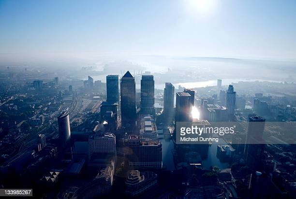 aerial view of canary wharf at dawn - dawn dunning stockfoto's en -beelden