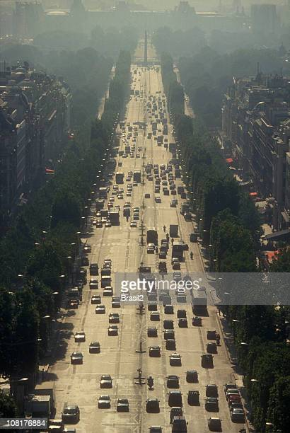 Vue aérienne de voitures conduite le long de l'Avenue des Champs-Élysées