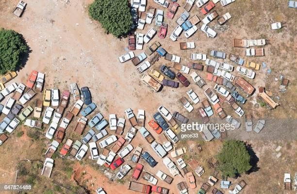 Vista aérea de carros em sucata
