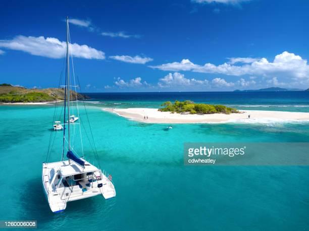 vista aérea del catamarán en sandy spit, islas vírgenes británicas - mar caribe fotografías e imágenes de stock