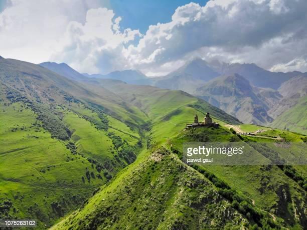 luftaufnahme des caucasus mountain mit trinity kirche von dem - kaukasus geografische lage stock-fotos und bilder