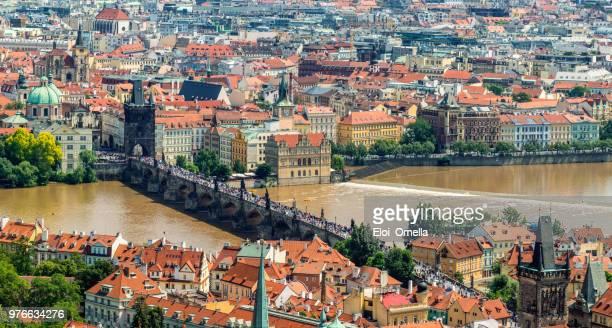 vista aérea del puente de Carlos en Praga. República Checa