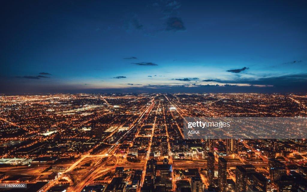 Veduta aerea dello skyline di Chicago di notte : Foto stock