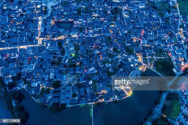 Vue aérienne de villages antiques chinois au coucher du soleil