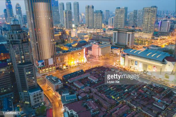 aerial view of city at night - liyao xie photos et images de collection