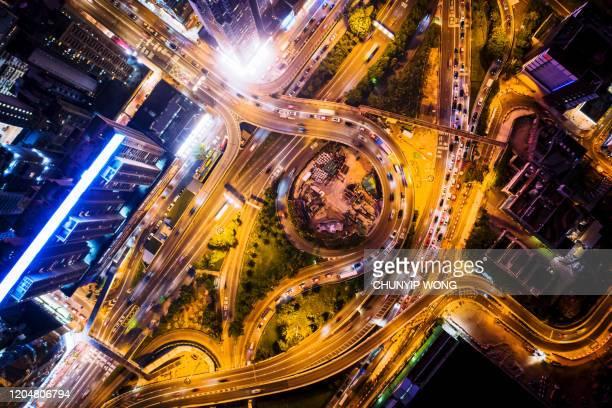 vista aérea de la ciudad por la noche con light track - top fotografías e imágenes de stock