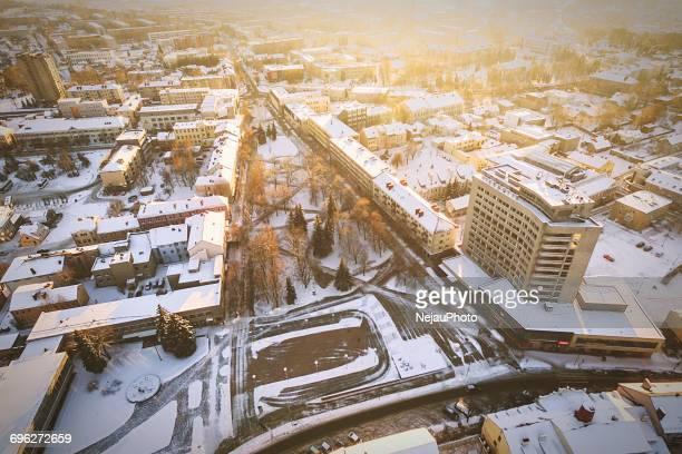 aerial view of city during winter - lituanie photos et images de collection