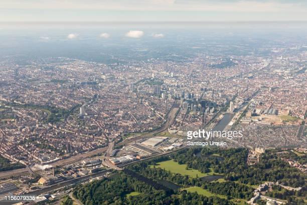 aerial view of city of brussels - etalement urbain photos et images de collection