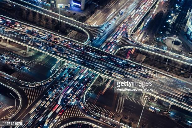 ラッシュアワーの都市陸橋の空中写真 - 都市乱開発 ストックフォトと画像