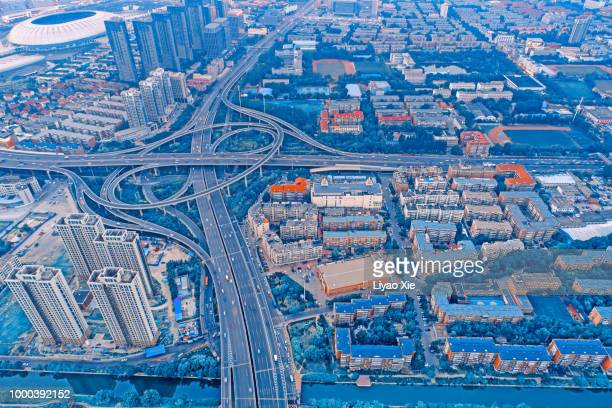 aerial view of city overpass - liyao xie photos et images de collection