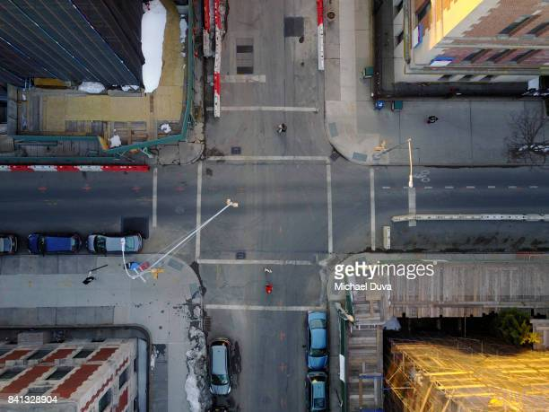 aerial view of city traffic intersection with traffic light and people crossing - brooklyn new york photos et images de collection