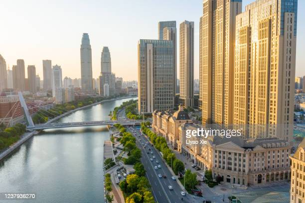 aerial view of cityscape along the river - liyao xie photos et images de collection