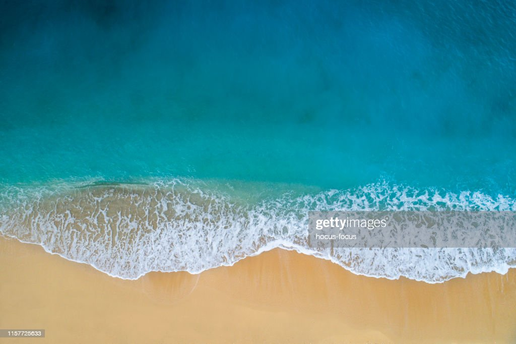 Veduta aerea di mare turchese chiaro e onde : Foto stock