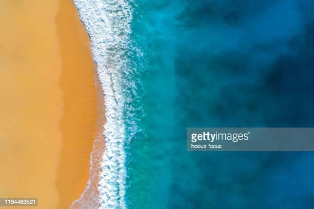 veduta aerea di mare turchese chiaro e onde - riva dell'acqua foto e immagini stock