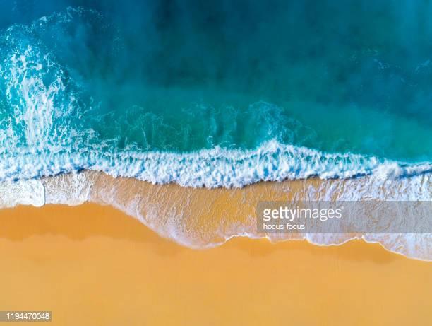 aerial view of clear turquoise sea and waves - riva dell'acqua foto e immagini stock