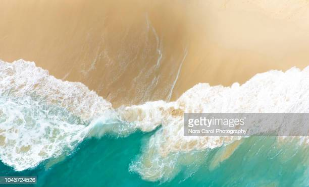 aerial view of clear turquoise sea with big waves kelingking beach in nusa penida - riva dell'acqua foto e immagini stock