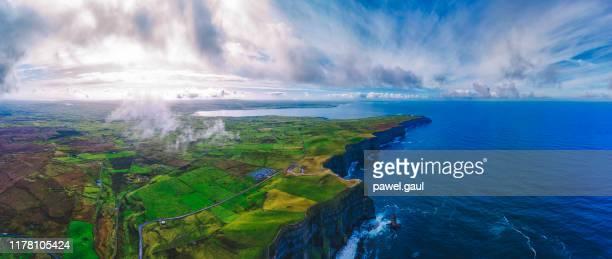 モハー・アイルランドの崖の航空写真 - 大西洋 ストックフォトと画像