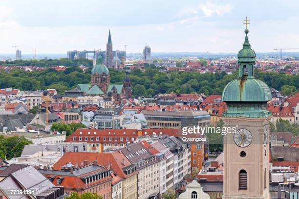 ミュンヘンのハイリグガイスト・キルシュの時計塔の航空写真 - kirche ストックフォトと画像