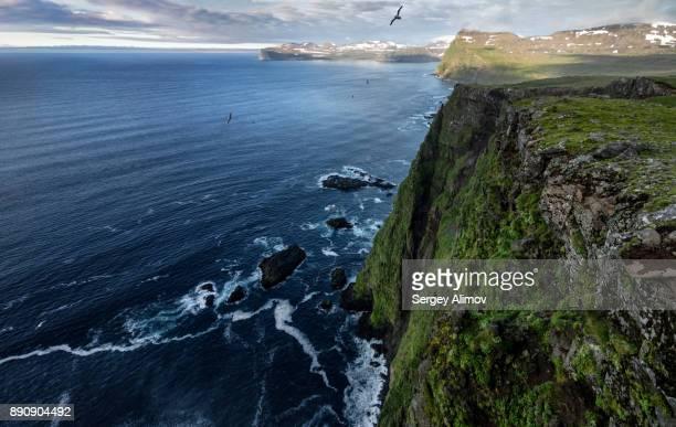 aerial view of coastline in hornstrandir nature reserve, iceland - flanco de valle fotografías e imágenes de stock