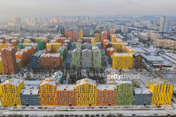 luftaufnahme von bunten gebäuden im winter - kiew stock-fotos und bilder