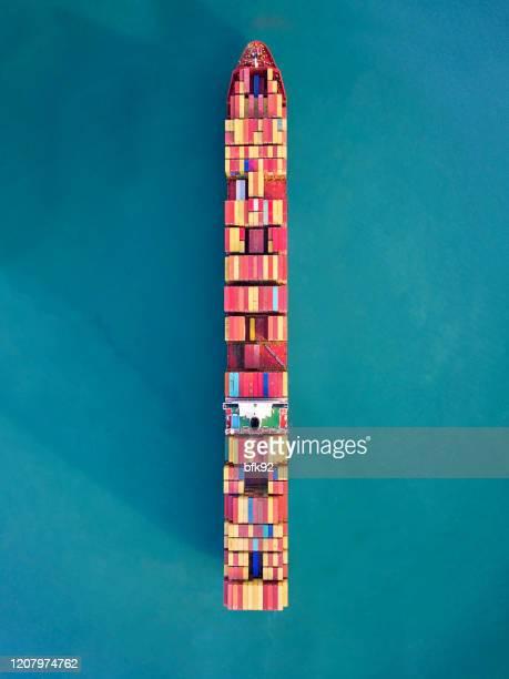 luftaufnahme von containerfrachtschiff tragen container-box für import und export geschäft logistik in ozean. - schiffsbug stock-fotos und bilder