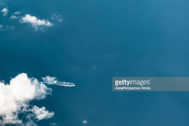 海のコンテナ船の空中写真 - 遠洋定期船 ストックフォトと画像