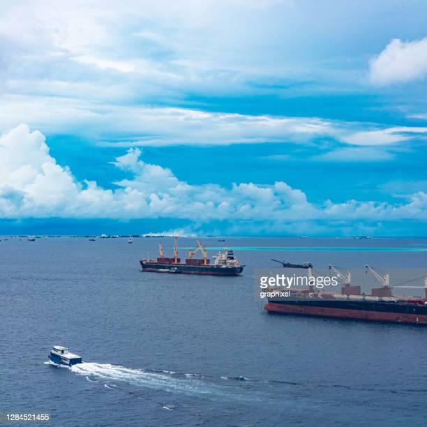 コンテナ船の空中写真 - インド洋 ストックフォトと画像