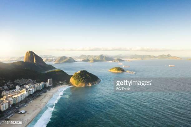 luftaufnahme des strandes von copacabana in rio de janeiro, sugarloaf im rücken - copacabana rio de janeiro stock-fotos und bilder