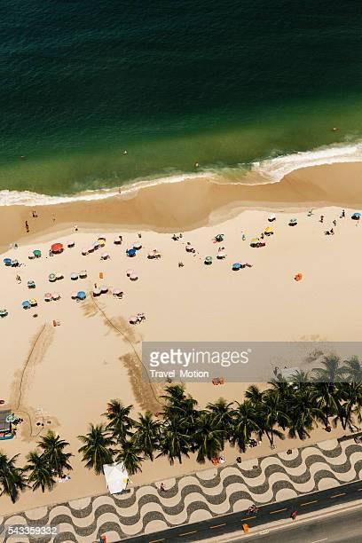 luftbild der copacabana in rio de janeiro, brasilien - copacabana rio de janeiro stock-fotos und bilder