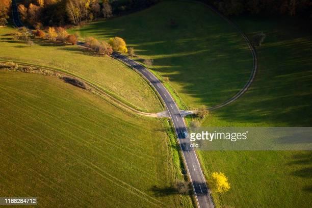 田舎道と紅葉風景の空中写真 - 台地 ストックフォトと画像