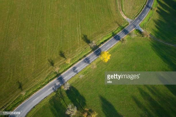 田舎道と秋の風景の空中写真 - 台地 ストックフォトと画像