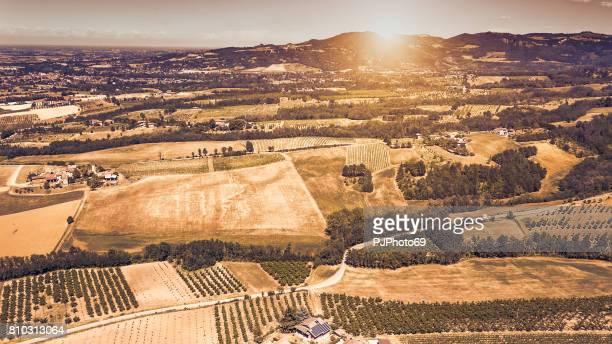 Luftaufnahme der Landseite im Piemont bei Sonnenuntergang - Italien