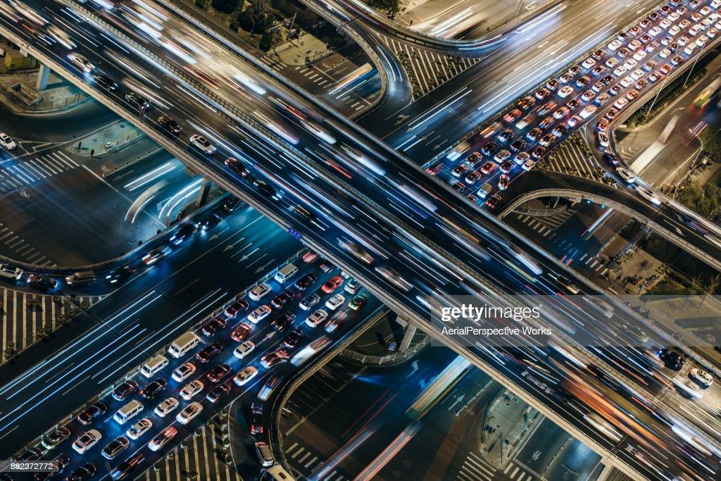 Vista aérea de tráfego lotada à noite : Foto de stock