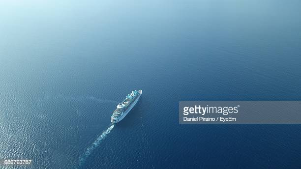 aerial view of cruise ship sailing on sea - kreuzfahrtschiff stock-fotos und bilder