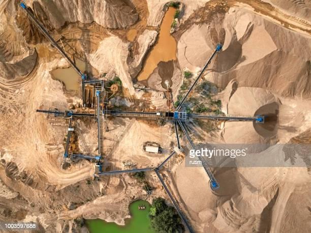 flygfoto av krossad sten stenbrott maskin - gruvindustri bildbanksfoton och bilder