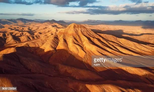 vista aérea del paisaje desértico, isla de fuerteventura, españa - árido fotografías e imágenes de stock