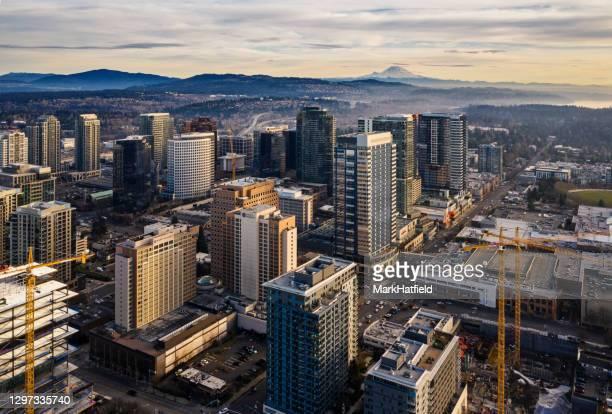 luchtfoto van downtown bellevue - staat washington stockfoto's en -beelden